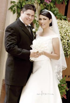 Lic. José Fernando López Aguilar e Ing. Vanessa Garza Mears contrajeron matrimonio en la parroquia Los Ángeles, el pasado cinco de agosto de 2006. <p> <i>Estudio: Maqueda</i>