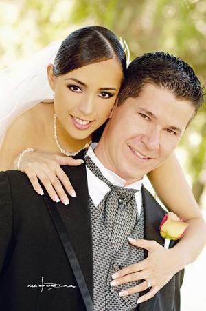 L.C.C. Manuel Villar Van Del Elst y L.C.I. Karina Isabel Slazar Bárcenas contrajeron matrimonio el pasado siete de octubre de 2006 en el santuario del Cristo de las Noas.  <p> <i>Estudio: Maqueda</i>