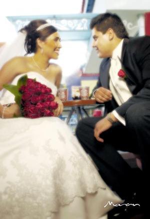 L.C.I. Elías Abraham Guerrero Reyes y Srita. Linda Lizeth Hernández Pacheco contrajeron matrimonio en la parroquia Los Ángeles el pasado 13 de octubre de 2006.  <p> <i>Estudio: Morán</i>