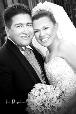 Lic. Adriana Valeria Mendoza García unió su vida en el Sacramento del Matrimonio a la del Lic. Gerardo Blanco Ortega.  <p> <i>Estudio: Laura Grageda</i>
