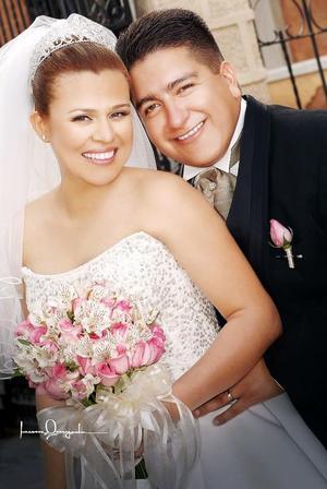 Lic. Gerardo Blanco Ortega y Lic. Adriana Valeria Mendoza García contrajeron matrimonio el pasado 22 de abril de 2006 en la parroquia de la Inmaculada Concepción.  <p> <i>Estudio: Laura Grageda</i>