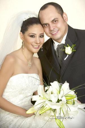 Lic. Gilberto Herrera Rodríguez y Lic. Diana María de Asís Hernández Rosales contrajeron matrimonio en la parroquia del Inmaculado Corazón de María, el sábado siete de octubre de 2006.  <p> <i>Estudio: Sosa</i>