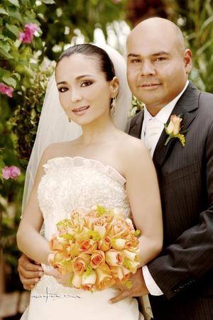 Sr. Israel Jiménez Arredondo y Srita. Ana Laura Villalobos Viesca contrajeron matrimonio el pasado nueve de septiembre de 2006 en la parroquia Los Ángeles. <p> <i>Estudio: Maqueda</i>