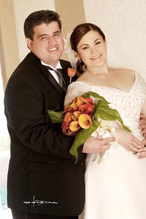 Sr. Jorge Antonio Zamudio y Srita. Claudia E. Dávila Díaz contrajeron nupcias el pasado nueve de septiembre de 2006 en la parroquia de San Pedro Apóstol.  <p> <i>Estudio: Maqueda</i>