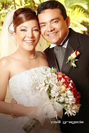 Sr. Luis Armando Mendoza Moreno y Srita. Verónica Yadira Quezada Trujillo contrajeron matrimonio en la parroquia de Nuestra Señora de Lourdes, el sábado 26 de agosto de 2006.  <p> <i>Estudio: José Grageda</i>