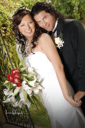 Sr. Mariano García Vázquez y C.P. Paloma Martínez Aguirre contrajeron matrimonio el pasado dos de septiembre de 2006.  <p> <i>Estudio: Laura Grageda</i>