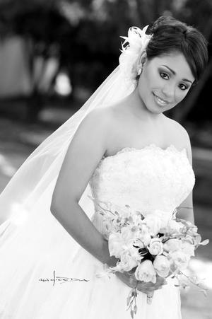 Srita. Martha Lilia Serna Hernández el día de su boda con el Sr. Rodrigo Almendares Esparza.  <p> <i>Estudio: Maqueda</i>