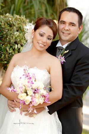 Sr. Rodrigo Almendares Esparza y Srita. Martha Lilia Serna Hernández contrajeron matromonio en la parroquia de la Virgen de la Encarnación, el pasado 23 de septiembre de 2006.  <p> <i>Estudio: Maqueda</i>