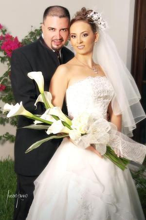 Sr. Juan Carlos Tirado Maldonado y Srita. María Luisa Pavón Amador contrajeron matrimonio en la parroquia de La Sagrada Familia, el sábado 14 de octubre de 2006.  <p> <i>Estudio: Lucero Kanno</i>