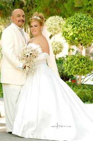Sr. Juan Adalberto Martínez Jara y Srita. María Guadalupe Valle contrajeron matrimonio en el Santuario del Cristo de las Noas, el pasado 23 de septiembre.  <p> <i>Estudio: Maqueda</i>