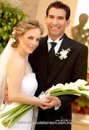 Ing. Francisco Lorenzo Cázares Villalobos y C.P. Isabel Cobo Boehringer contrajeron matrimonio en la parroquia de San Pedro Apóstol, el 21 de octubre de 2006.  <p>  <i> Estudio: Maqueda</i>