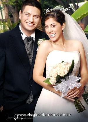Ing. José Raúl Salazar Delgado y Dra. Gloria Marcela Aguirre Limón contrajeron matrimonio en la parroquia Los Ángeles, el 14 de octubre de 2006.  <p>  <i> Estudio: Laura Grageda</i>