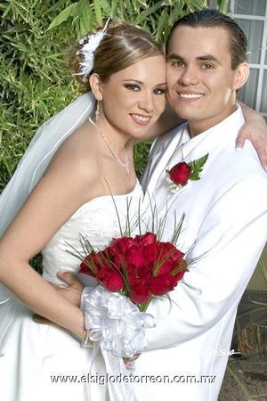 Ing. Carlos Alberto Pinedo Rodríguez y L.A.E. Verónica Sandoval Martínez recibieron la bendición nupcial en la parroquia de La Sagrada Familia, el cuatro de noviembre de 2006.  <p>  <i> Estudio: Sosa</i>