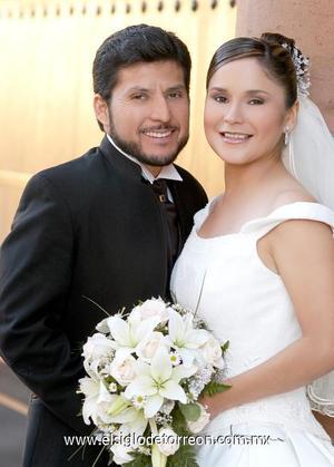 Ing. Faustino Morales Ramírez y Srita. Lizeth Hernández Fernández recibieron la bendición nupcial en la parroquia del Sagrado Corazón de Jesús y el Espíritu Santo, el 28 de octubre de 2006.  <p>  <i> Estudio: Maqueda</i>