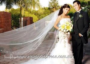 Ing. Israel S. Acevedo Fernández e Ing. Tensy Moreno Aparicio recibieron la bendición nupcial en la Catedral de Nuestra Señora del Carmen, el  21 de octubre de 2006.  <p>  <i> Estudio: Laura Grageda</i>