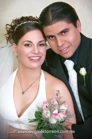 Lic. Aristóteles Rangel Gutiérrez e Ing. Susana Giacomán Zarzar recibieron la bendición nupcial en la parroquia de La Virgen de la Encarnación, el pasado siete de octubre de 2006.  <p>  <i> Estudio: Sosa</i>