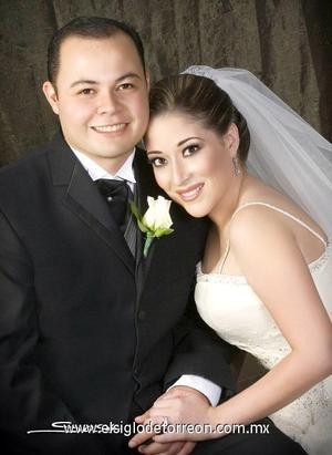 Lic. Jesús Ernesto Cuéllar Garza y Srita. Malusa Román Gómez recibieron la bendición nupcial en la parroquia de San Pedro Apóstol, el cuatro de noviembre de 2006.  <p>  <i> Estudio: Sosa</i>