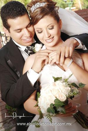 Sr. Francisco Édgar Olivas Santos y Srita. Maricela Miranda Morales contrajeron matrimonio el pasado 21 de octubre de 2006 en la parroquia La Sagrada Familia.  <p>  <i> Estudio: Laura Grageda</i>