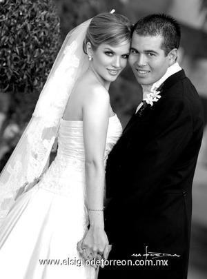 Srita. Adriana Sandoval Yarza el dÍa de su boda con el Sr. Juan Armendàriz Gutièrrez.  <p>  <i> Estudio: Maqueda</i>