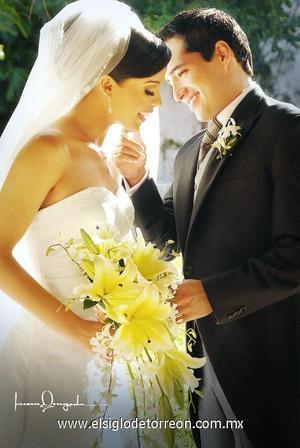 Sr. Ricardo Salas Azpiazu y Srita. Teresa Carolina Espinosa Cantú contrajeron matrimonio el pasado 28 de octubre de 2006 en la parroquia de San Pedro Apòstol.  <p>  <i> Estudio: Laura Grageda</i>