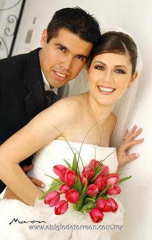 Sr. Rigoberto Godoy Hernández y Srita. Alejandra Flores Chávez contrajeron matrimonio en la Parroquia Los Ángeles.  <p>  <i> Estudio: Morán</i>