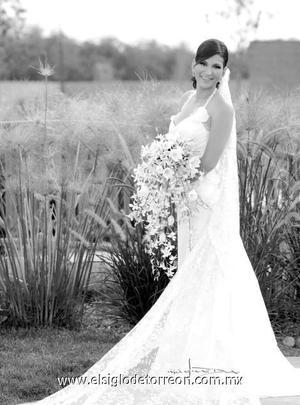 Srita. Patricia García Álvarez el día de su matrimonio con el Sr. Roberto Ibarra Saucedo.  <p>  <i> Estudio: Maqueda</i>