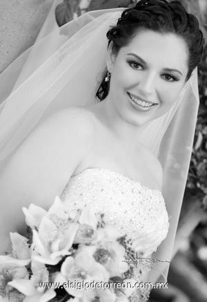 Srita. Toni Russek Reynoso el dÍa de su boda con el Sr. Samuel Dávila García.  <p>  <i> Estudio: Maqueda</i>