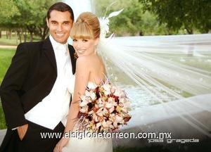Sr. Jorge Alberto Moreno Mendoza y Srita. Laura Paloma Grageda Villarreal contrajeron matrimonio en la capilla del Señor de la Resurrección del Centro Saulo, el domingo cinco de noviembre de 2006. <p>  <i> Estudio: José Grageda</i>