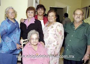 03122006  Antonia, Eva, Margarita, Carmen y Eduardo Reynoso, acompañan a su mamá doña Altagracia.
