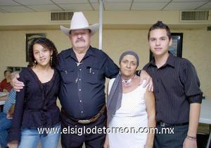 03122006  Enrique Marroquín fue festejado por su esposa Rosa Martha Sánchez y sus hijos, con motivo de su cumpleaños.