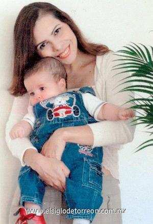 03122006  Iliana Ramírez de Metitiere con su hijo Giancarlo, en reciente festejo.