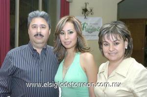 05122006 Victoria Mendoza Romo y sus padres Víctor Mendoza y Lety de Mendoza.