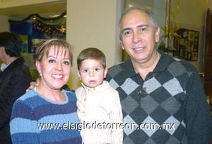 06122006 Marisa y Jesús Zavala con su nieto Gerardito Sandoval.