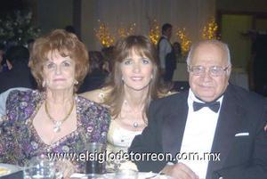 07122006 Los abuelitos de la novia, Hilda Kawas y Elías Zarzar acompañados de su hija Sonia