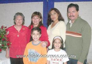 09122006 Silvia Reyes al lado de su mamá, María Isabel, sus hermanos Juan Ángel y Claudia y sus sobrinos Miguel Ángel e Ivana, el día que celebró su cumpleaños.