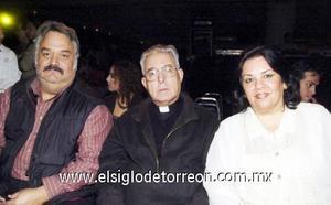 08122006  Francisco de Jesús Mijares, don José Guadalupe Galván, obispo de Torreón y Ana Rebeca Quintero