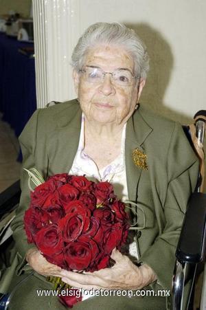 10122006  Con todos los honores, doña Conchita Tijerina de Morales celebró su cumpleaños.