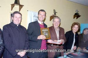 10122006  El padre Juan Carlos Ocejo, Bernardo Vázquez, Ramón Iriarte, Jossie de Iriarte y Ana Sofía García Camil formaron parte de presidium.
