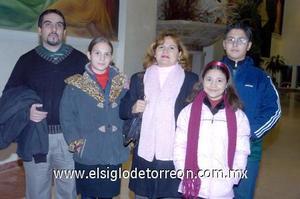 10122006  José Ángel Gómez y María Luisa de Gómez con sus hijos Luisa, Sofía y José Ángel.