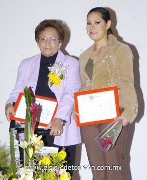 10122006  La profesora Irene Martínez y la bailarina Ana Luisa Revueltas recibieron un reconocimiento por parte del Centenario de Torreòn.