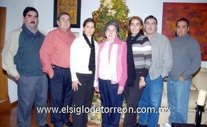 10122006  Morena Bracho de Diez acompañada de sus hijos Alejandro, Eduardo, Ricardo, Guillermo, Paulina y Mònica Diez.