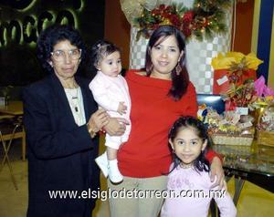 10122006  Yolanda Ciceña de López festejó su cumpleaños junto a su hija Adriana López de Gurrola y sus nietas Karen y Michelle Gurrola Lòpez.