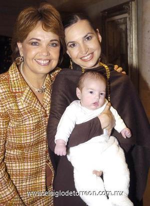12122006 Paty Garza de Arizpe acompañada de su hija Brenda y nieto Pablo.