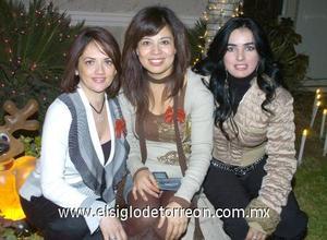 12122006 Yadira Cárdenas, Cecy Luna y la anfitriona de la reunión Mónica Silveyra.