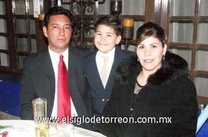 14122006 Jorge Escobedo, Clara de Escobedo y su hijo Diego Escobedo, en una boda.