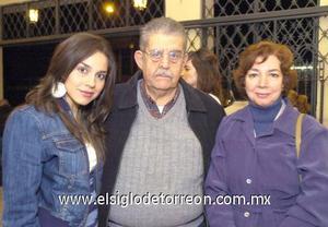 18122006 Karol Iza, José Iza y Rosario Jaik.