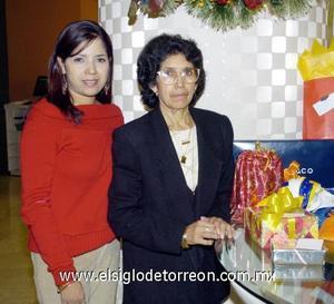 17122006 La señora Yolanda disfrutó d euna fiesta de cumpleaños en compañía de su hija Adriana López.
