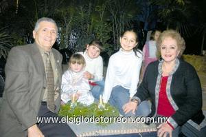22122006  Pamela Milán, Angie y Daniela González Milán con sus abuelos, Guillermo Milán y Güera Milán.