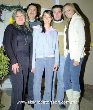 24122006  Enrique Cantú Brito, Blanca Rosales de Cantú, Melisa, Luis Enrique y Cristy Cantú Rosales, los anfitriones de la posada.