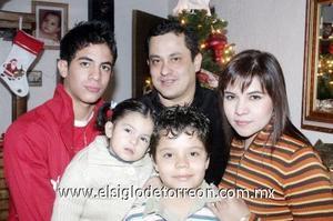 24122006  Florentino Figueras, el día de su cumpleaños acompañado por sus hijos Tino, Juan y Yolanda y su esposa Yazmín Quiñones.